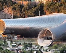 Төмөр хоолой мэт хөгжимт театрын барилгаар Тбилисийг чимсэн нь