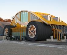 Автомашин хэлбэрт өвөрмөц байшин барьжээ