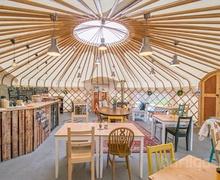 Лондон дахь монгол гэрийн архитектурыг ашигласан кафе
