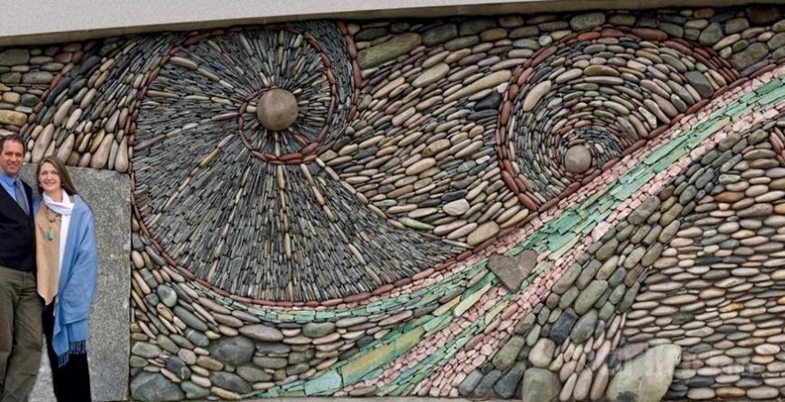 Усны эргүүлэг мэт харагдах мянга мянган чулуугаар бүтсэн гайхалтай хана